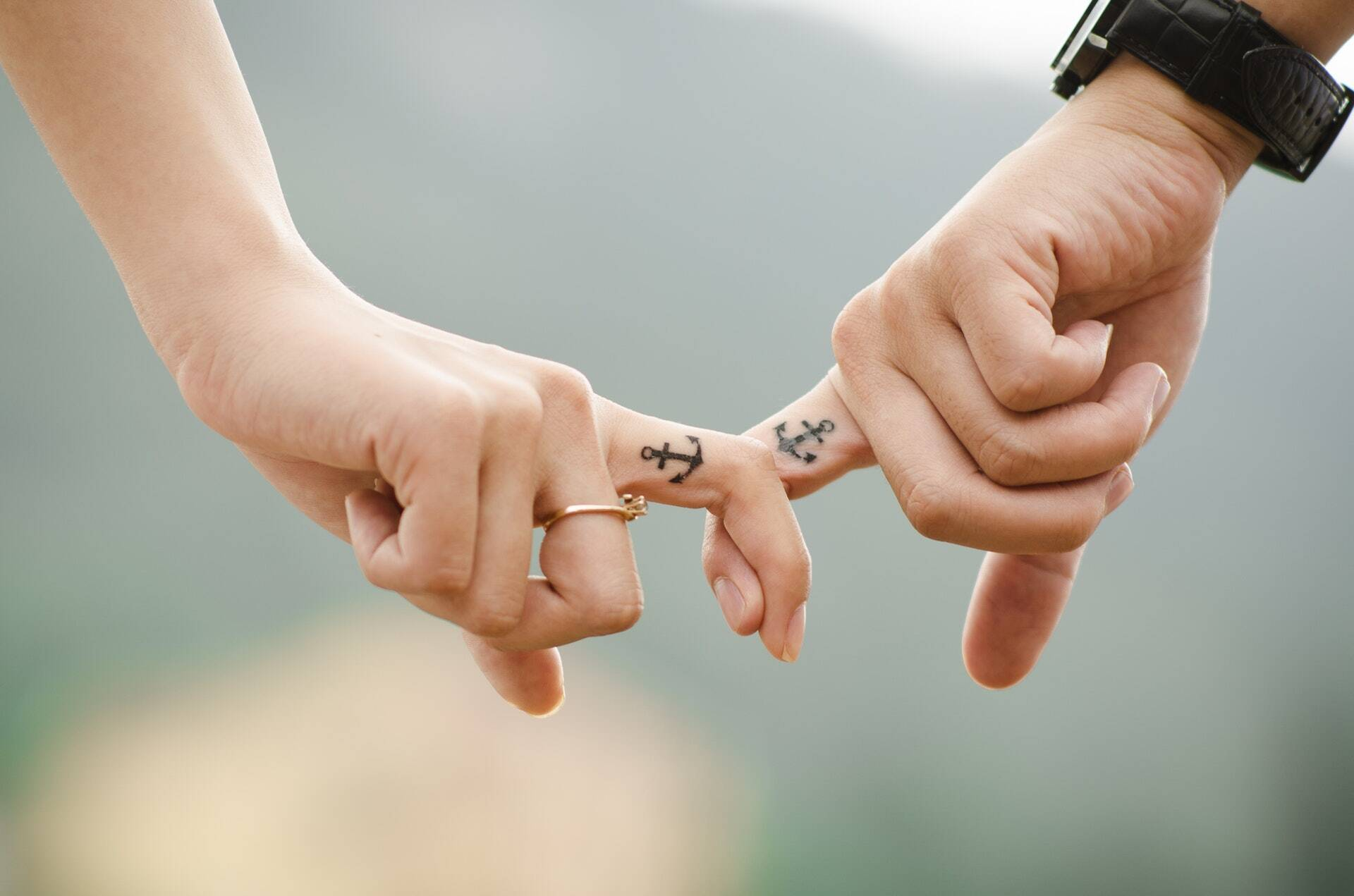 manos que reflejan una pareja que se siente segura en su relacion